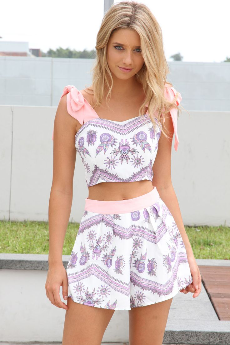 30 Stunning Crop Tops Outfit Ideas To Rock Your Style This