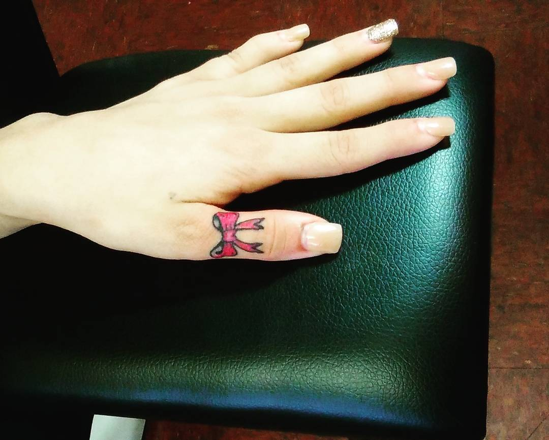 01a38ab8c #bowtattoo # Bow finger tattoo #fingertattoo #handtattoo #falanges #tatted  ...