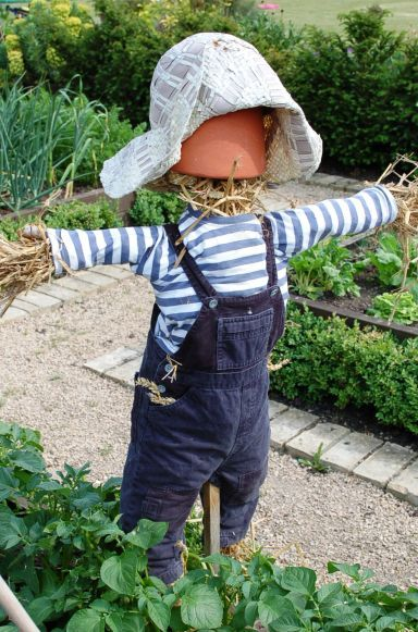 Easy Halloween Classroom Decorations ~ Unique diy scarecrow ideas for kids to make this