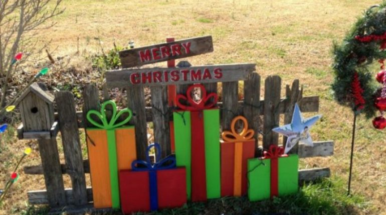 Old Fence and Scrap Wood to make this adorable Christmas Decoration